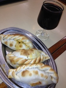 Tanto per gradire, tre empanadas e vin tinto ;)