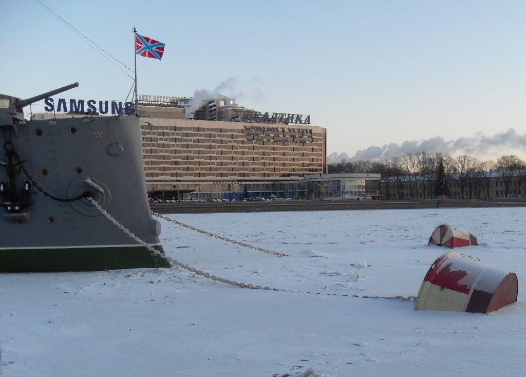 """L'incrociatore Aurora, """"incastrato"""" nella Neva ghiacciata"""