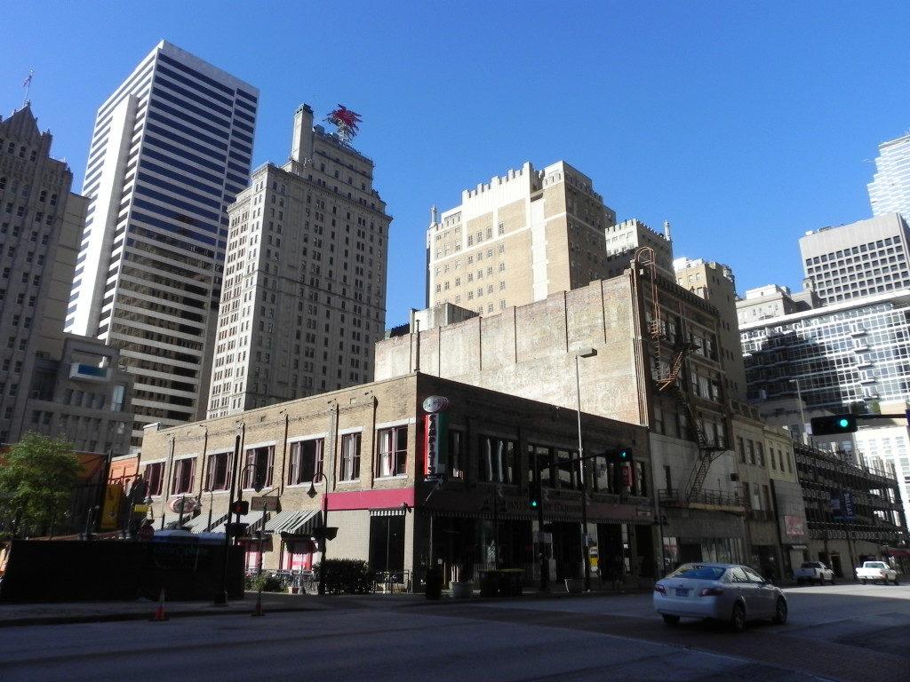 Downtown Dallas e sulla cima il simbolo di MAGNOLIA... la piu' grande compagnia petrolifera del Texas!!!