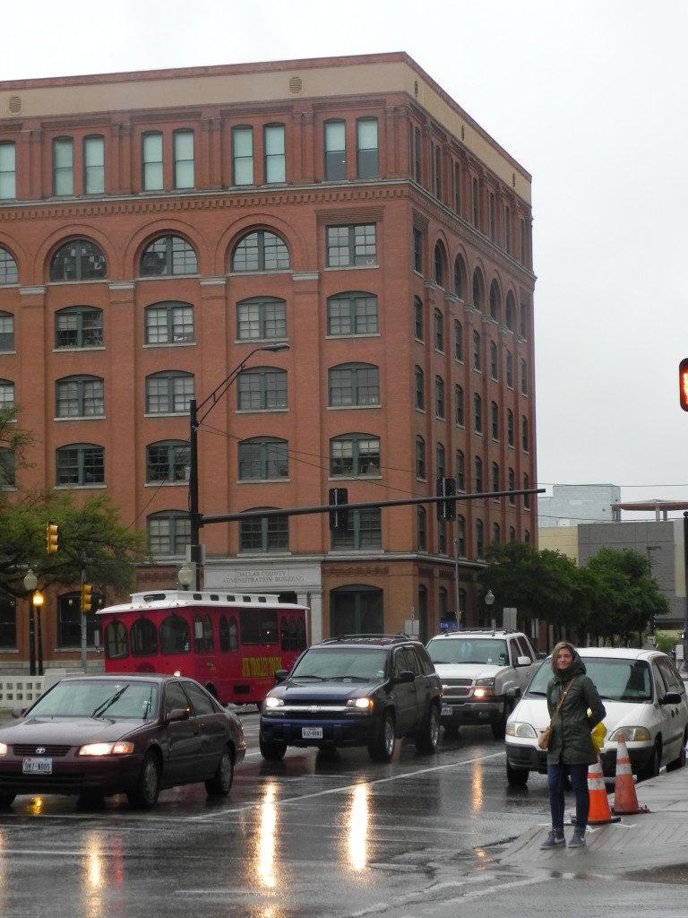 Il Palazzo da cui Oswald sparo', la fiinestra e' quella all'angolo del sesto piano...