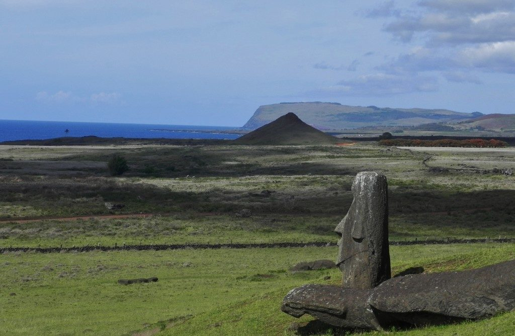 Vista sull'Oceano Pacifico, spalle al Cratere, i Moai di Rano Raraku