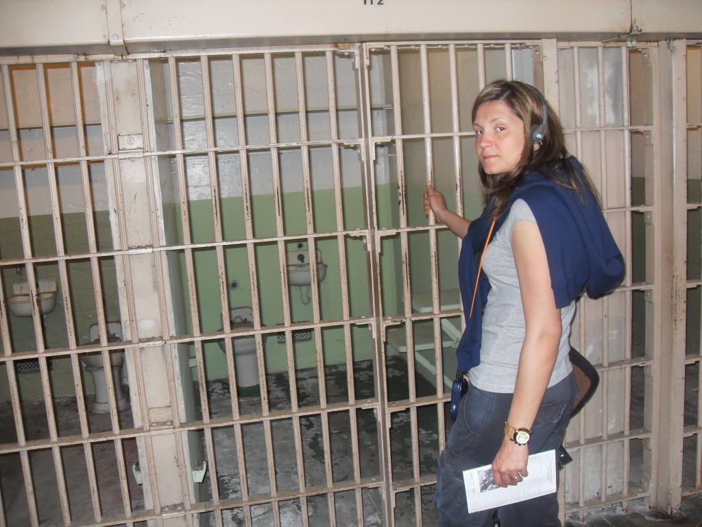 """""""Ascoltando"""" la storia di un detenuto davanti alla sua cella..."""