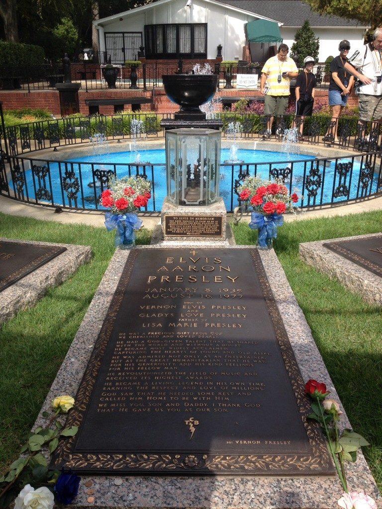 La tomba di Elvis, nel giardino di Graceland...