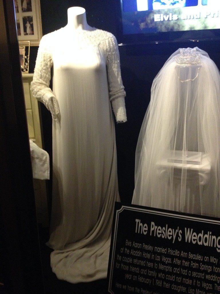 L'abito di nozze di sua moglie Priscilla