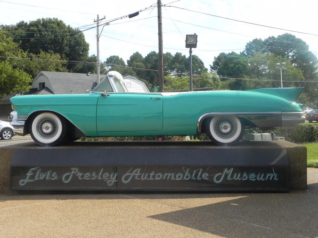 Una delle auto di Elvis, sono tutte nel museo di Gaceland...