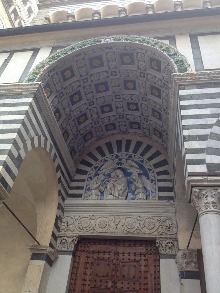 Particolare dell'ingresso del Duomo, ceramiche dei Della Robbia...
