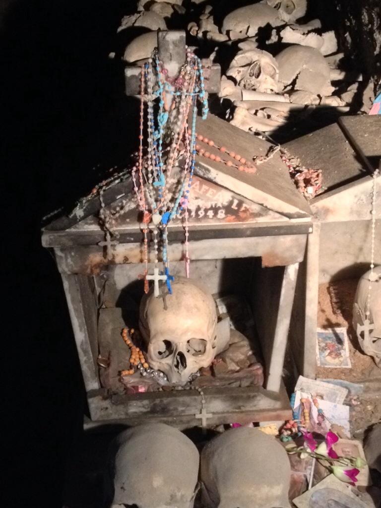 """Il teschio di """"Donna Concetta"""", oggetto di culto nel Cimitero della Fontanelle, a Napoli!!"""
