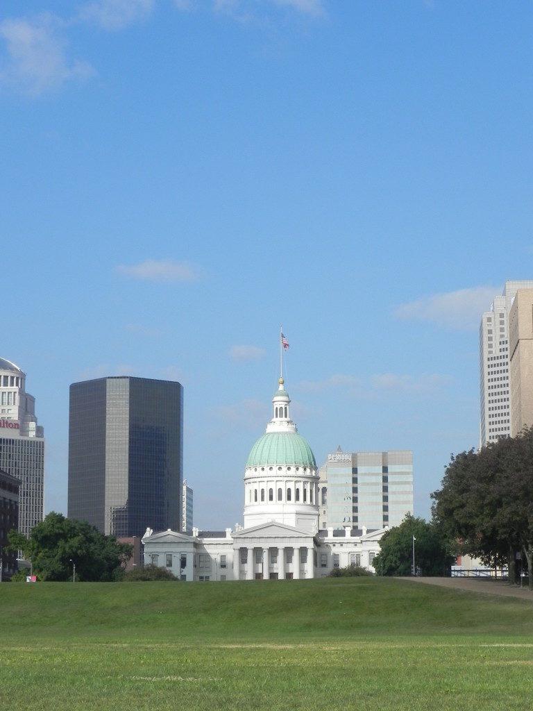 St. Louis vista dal Mississippi, in fondo la Old Courthouse.