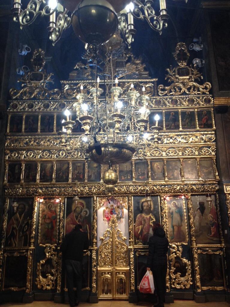 In pregiera nella vecchia chiesa della Corte Principesca...