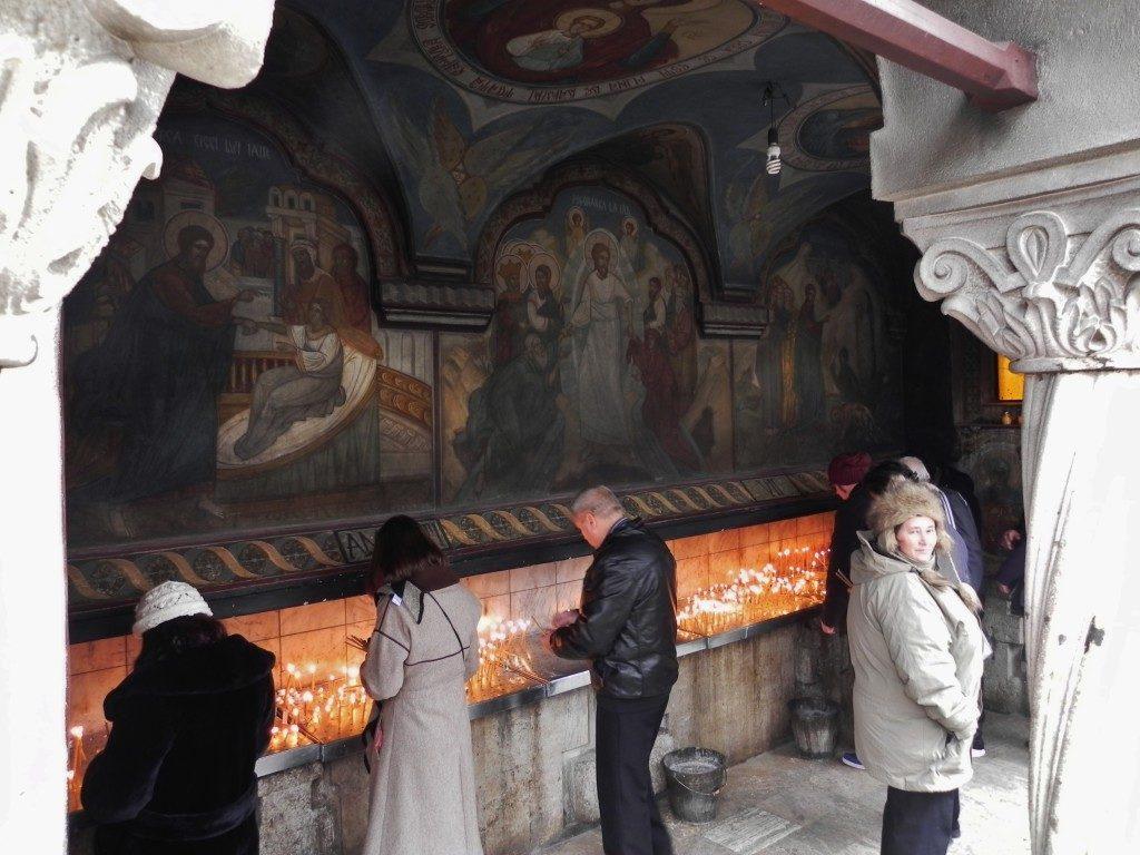 Devoti offrono candele nella Chiesa del Patriarcato...