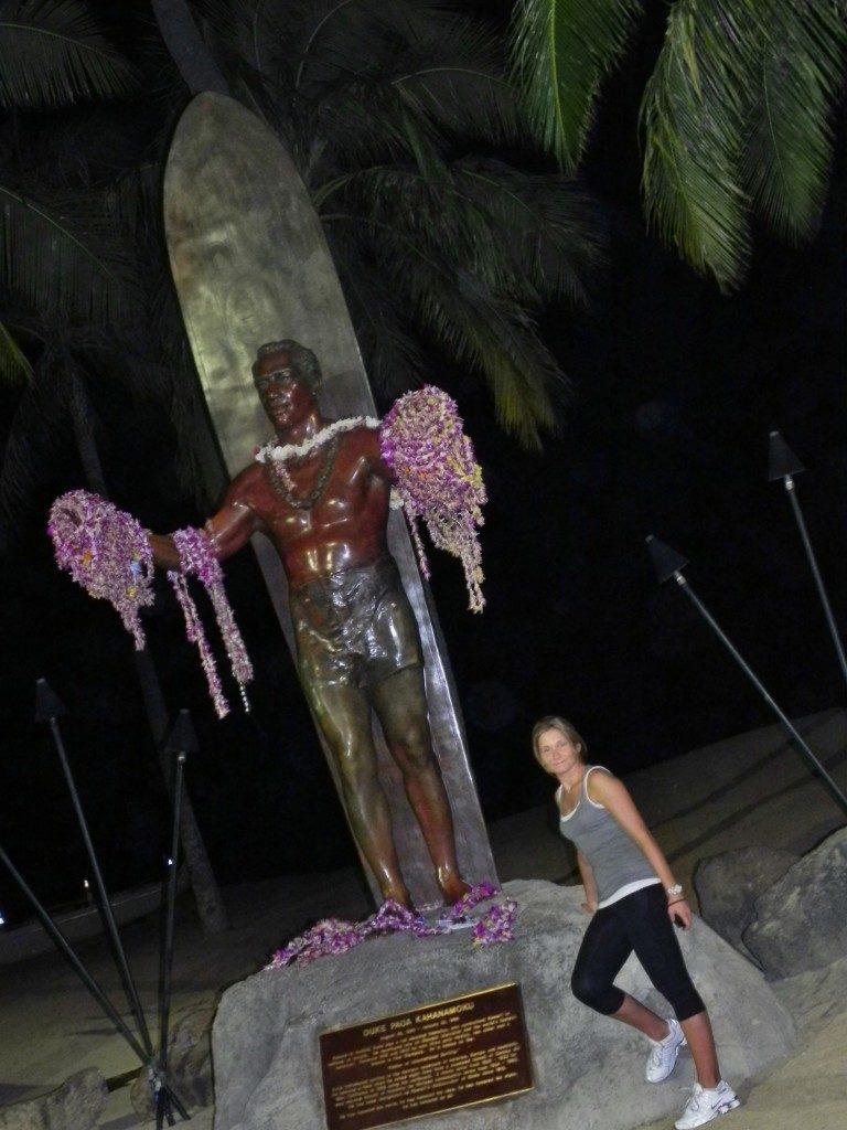 L a statua del grande surfista Duke Kahanamoku