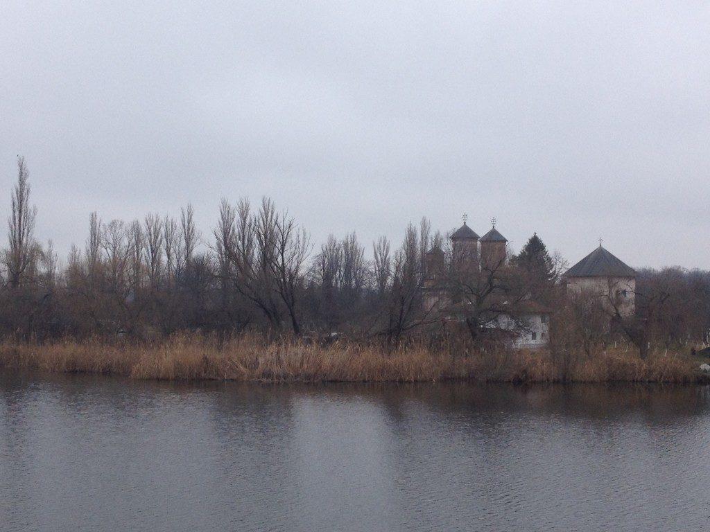 Il Monastero di Snagov, sull'isola al centro del lago