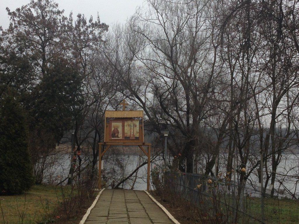 Il sentiero che dal Monastero conduce al lago...
