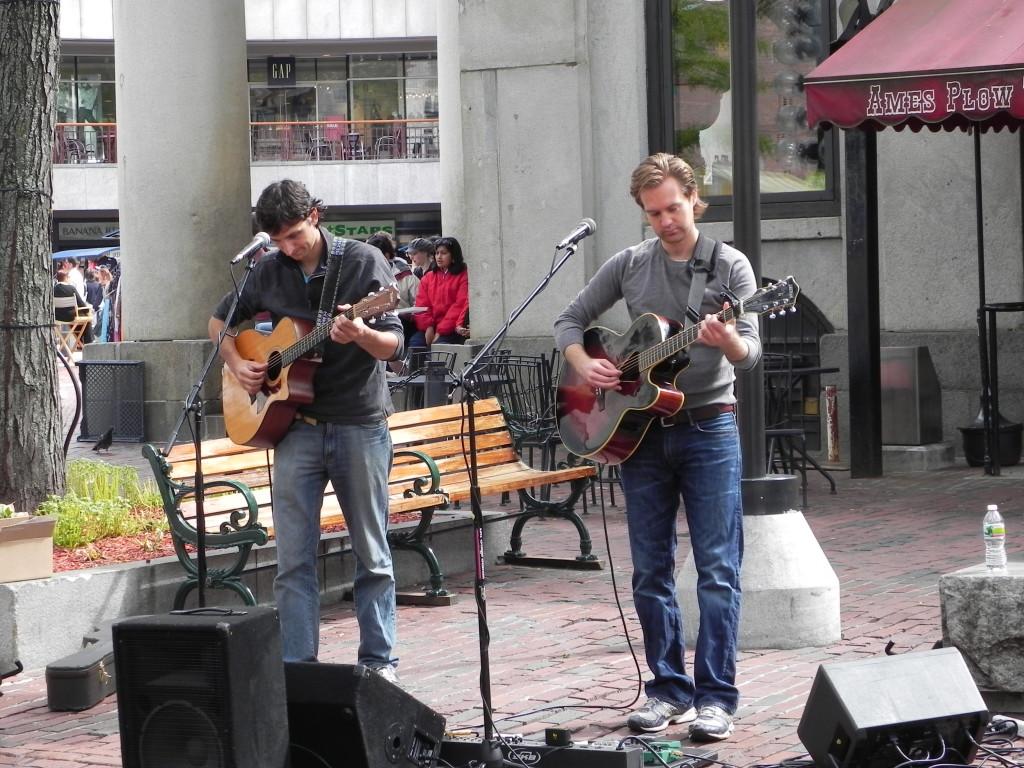 Cantanti di strada fuori il Quincy Market