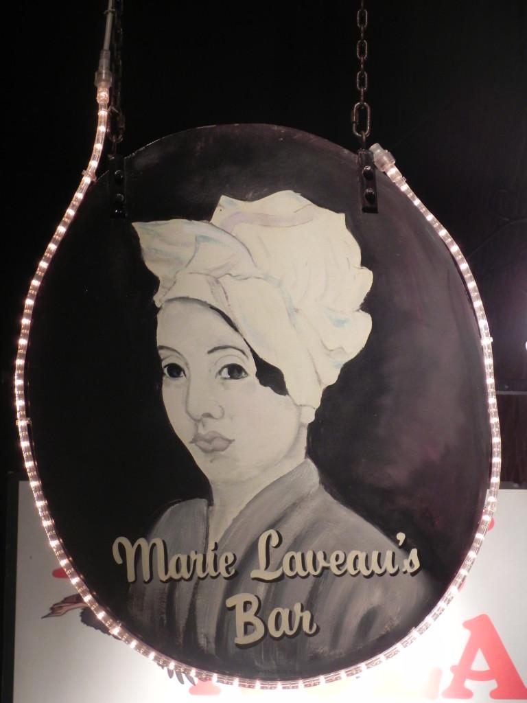 Una dei tanti ritratti di Marie Leveau, sulle insegne dei locali di Nola...