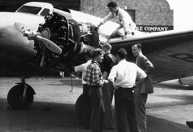 New york insolita: Amelia Earhart controlla il suo aereo al Floyd Bennett Field