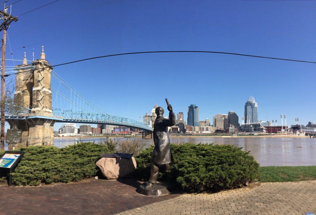 Cincinnati ed il Roebling Suspention Bridge visti dal Kentucky.