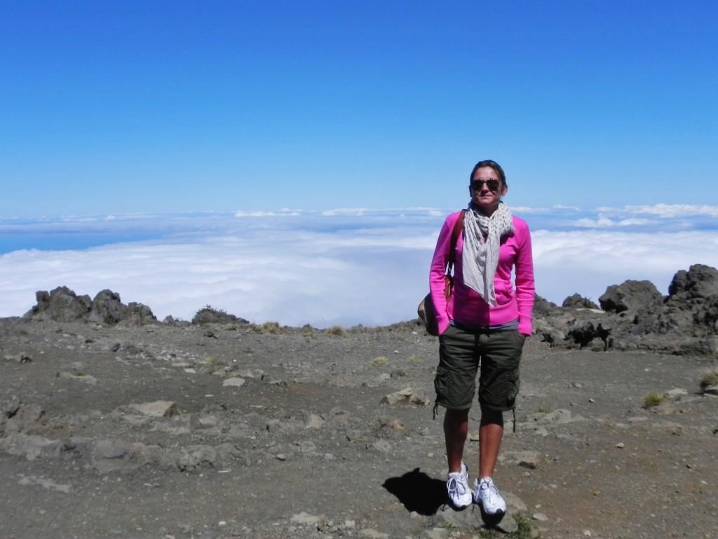 Sulla cima dell'Haleakala, sullo sfondo, oltre le nuvole, Hawaii Island