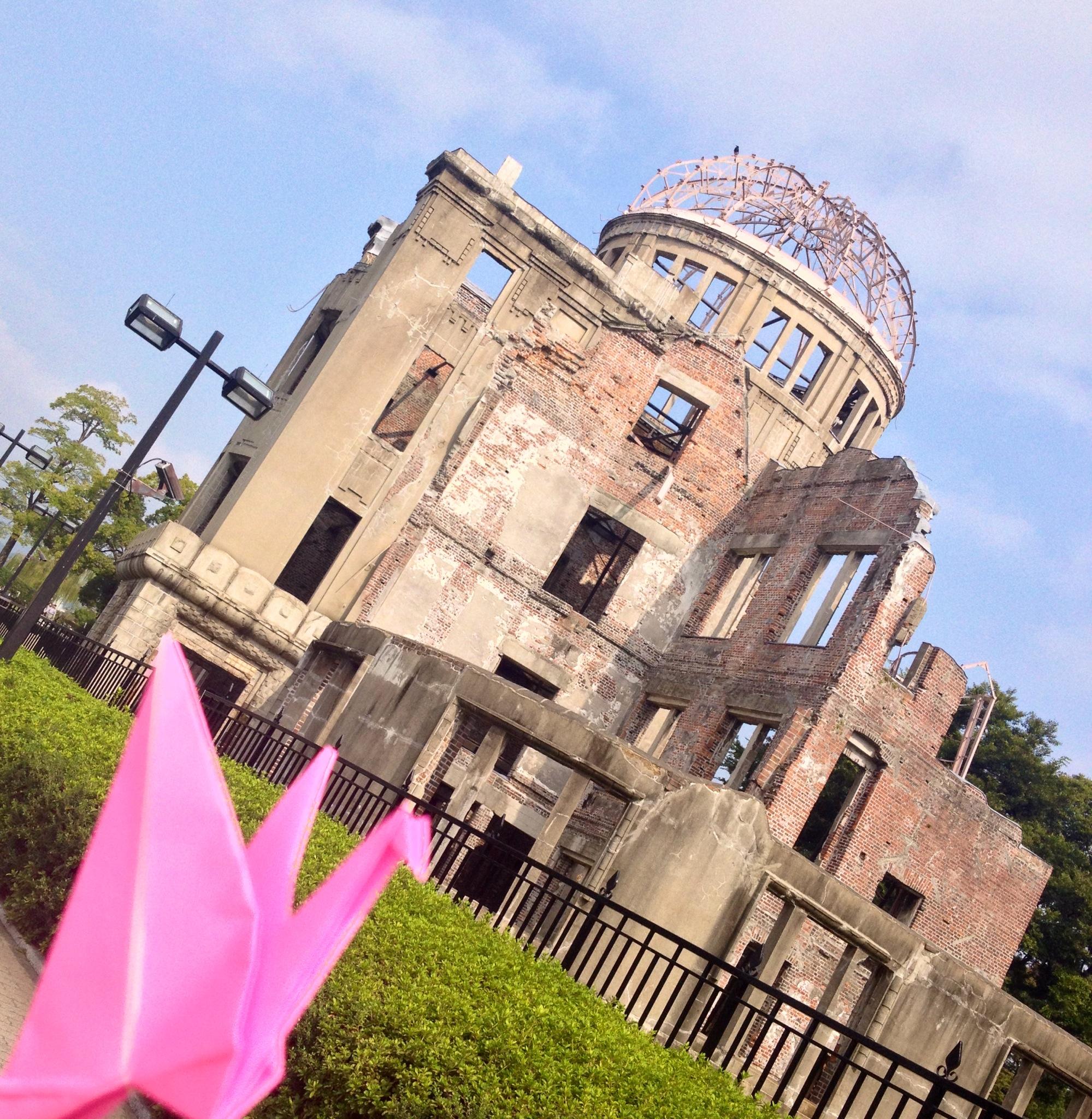 L'origami della Pace e la Cupola del Memoriale di Hiroshima, la foto dell'incontro.