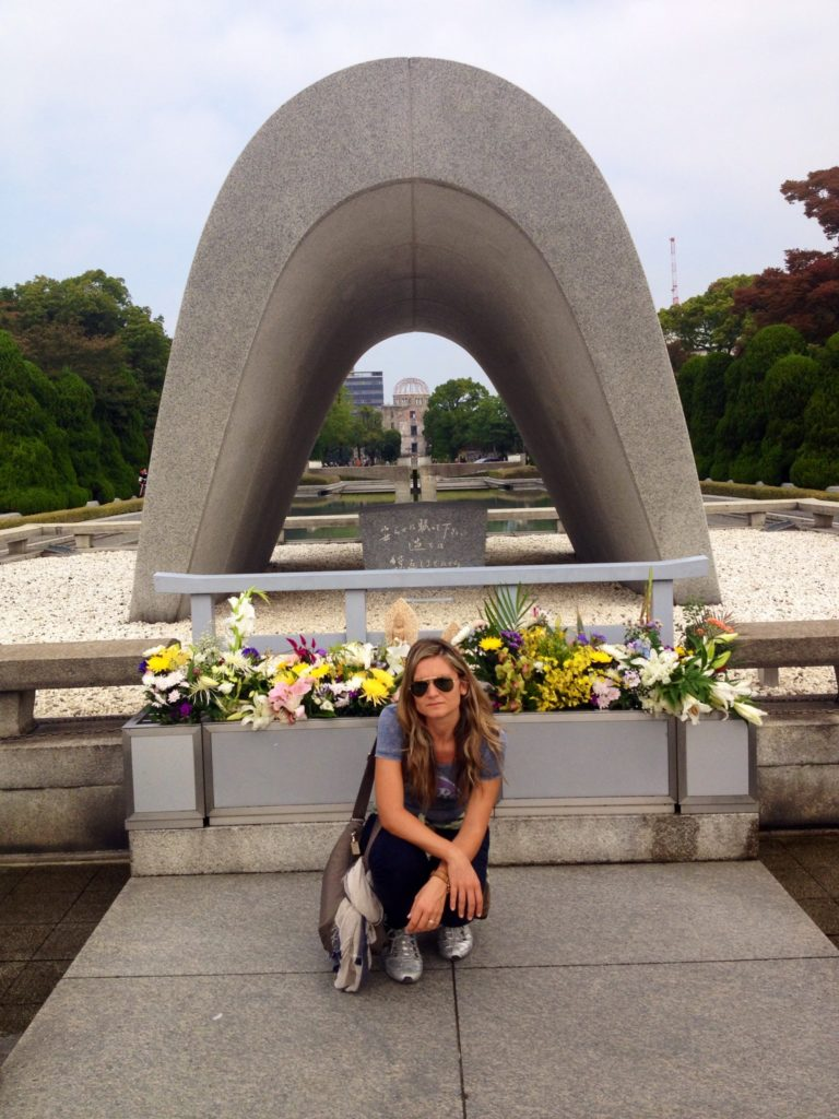 Il Cenotafio in memoria delle vittime di Hiroshima, in prospettiva la fiamma perenne e la Cupola