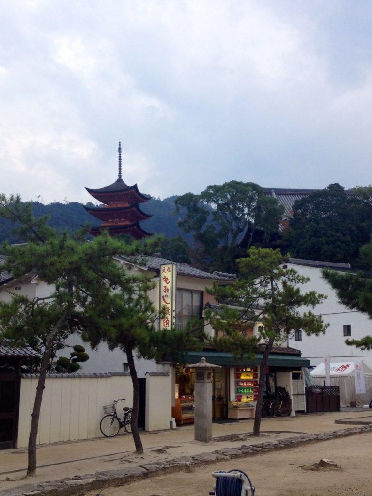 Miyajima vista dall'imbarcadero, sullo sfondo la Pagoda Tahoto