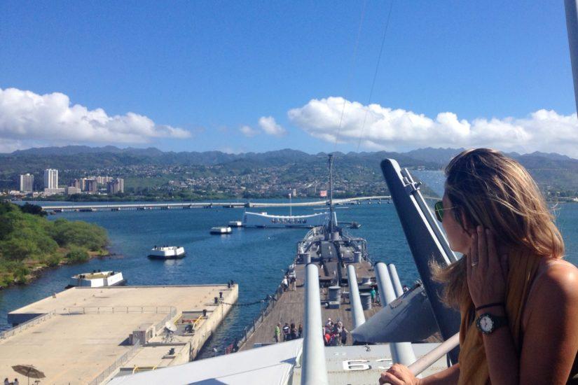 Pearl Harbor, Hawaii, la Corazzata Arizona vista dalla USS Missouri