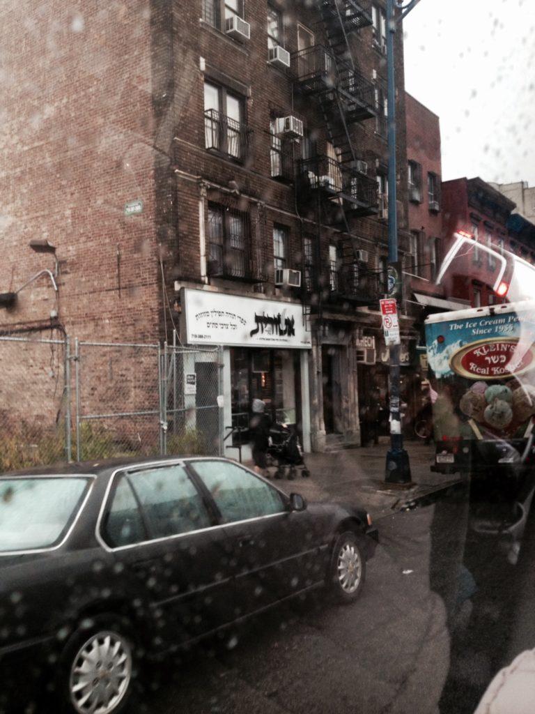 Williamsburg, il quartiere Acdin sotto la pioggia