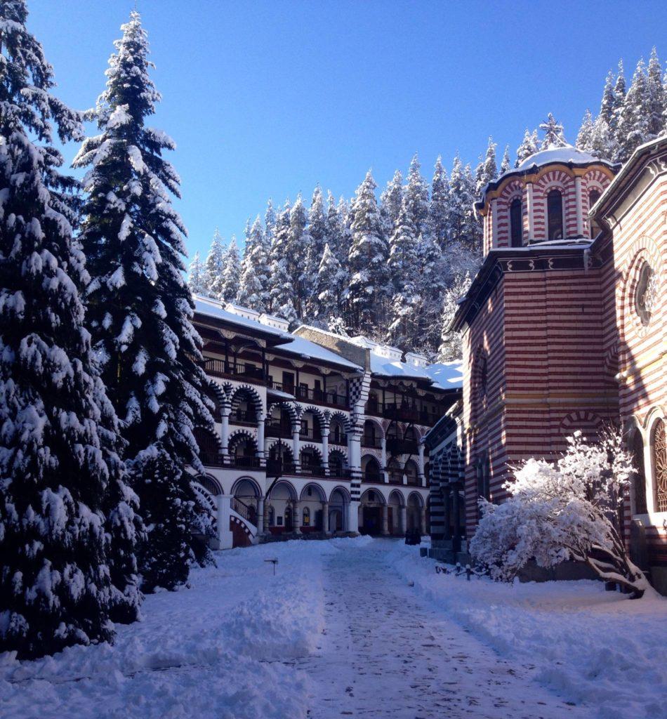 Passeggiando nel cortile interno del monastero