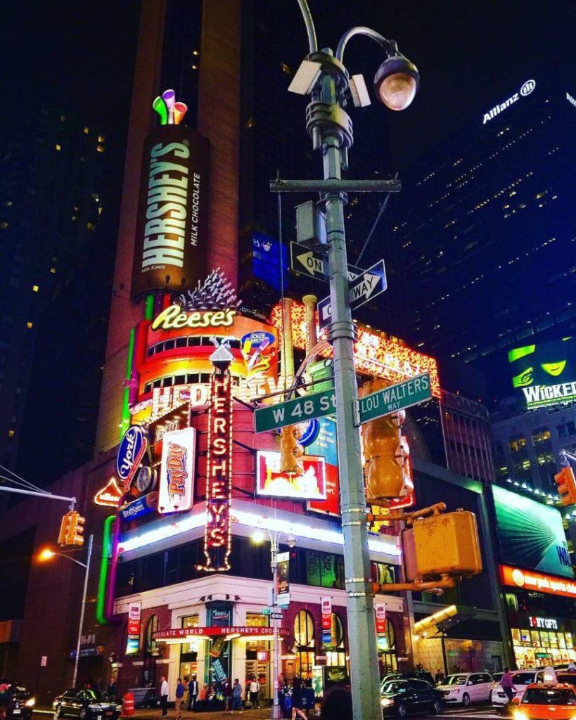 Viaggiare da soli negli USA: angoli di Times Square by night