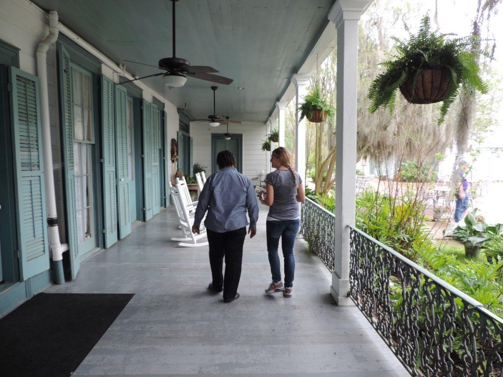 Con Morgan la mia guida sulla famigerata veranda di Myrtles Plantation
