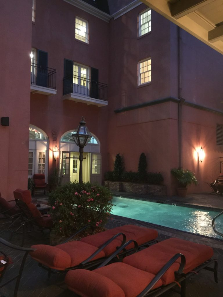 Il patio con piscina del Dauphine Orleans Hotel
