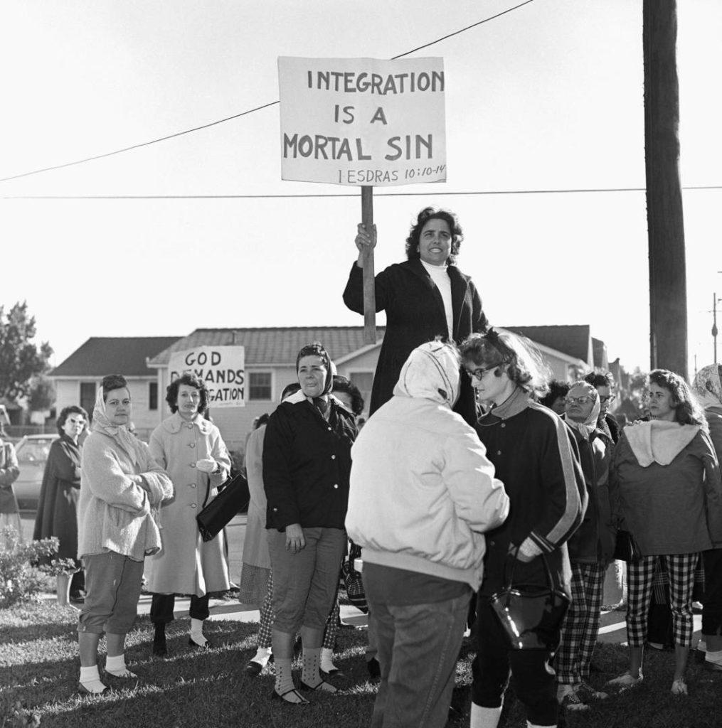Proteste contro l'ingresso a scuola di Ruby Bridges (Ph. Credits emaze.com)