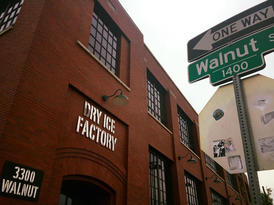 Cosa vedere a Denver: una vecchia fabbrica di ghiaccio secco adibita a stand per mostre temporanee