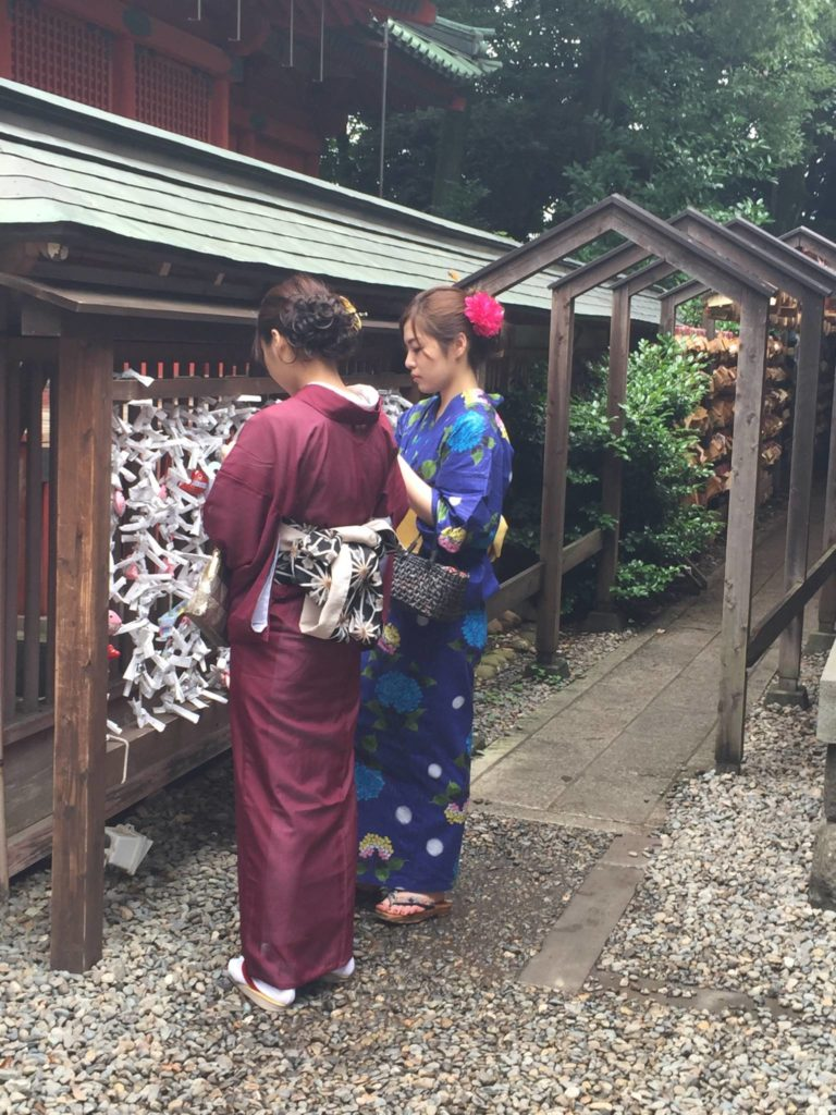 Giovani ragazze al tempio