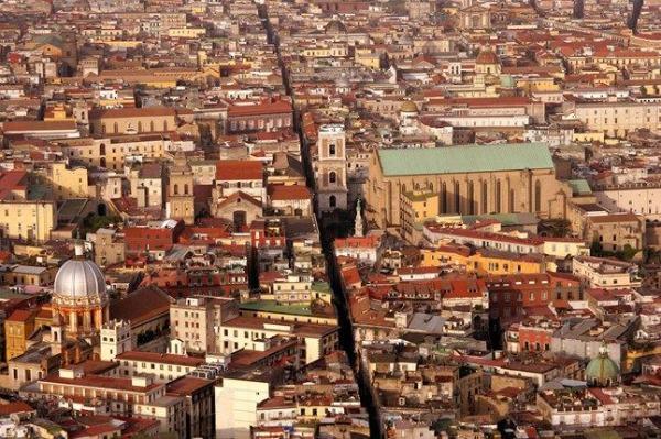 Napoli da non perdere: la linea retta di Spaccanapoli, l'antico Decumano Inferiore
