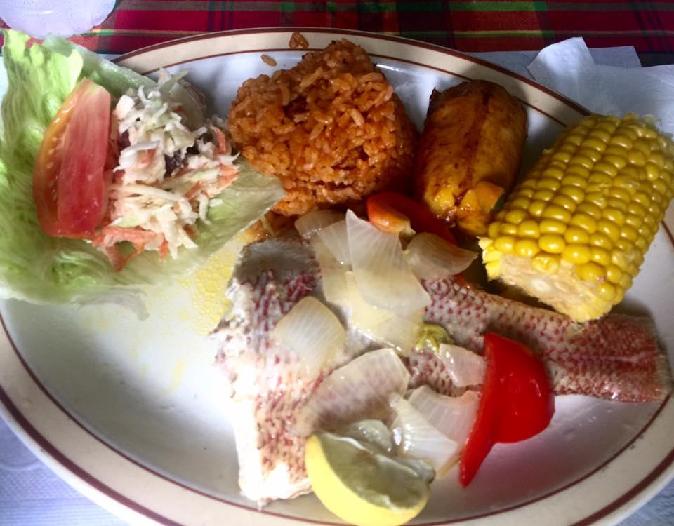 Visitare St. Croix: piatto unico tipico a base di wahoo appena pescato, riso e verdure