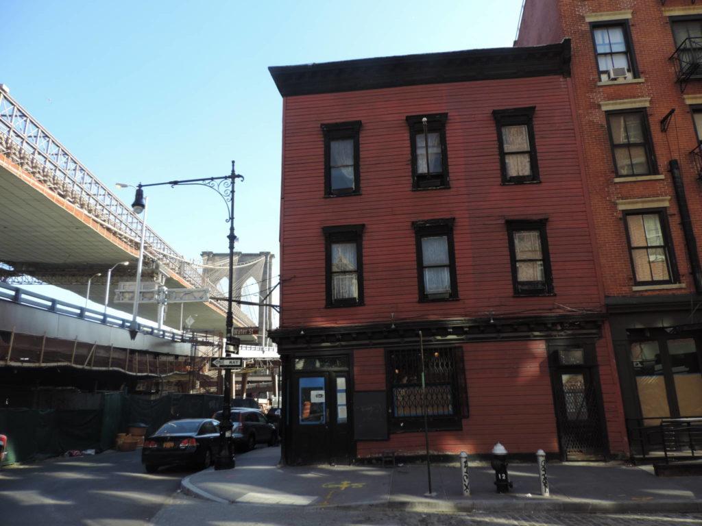 The Bridge Cafè e sullo sfondo il Brooklyn Bridge