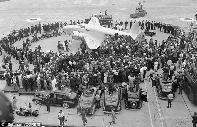 New york insolita: Howard Hughes atterra dopo aver raggiunto il primato del suo giro del mondo in 3 giorni, 19 ore e 17 minuti