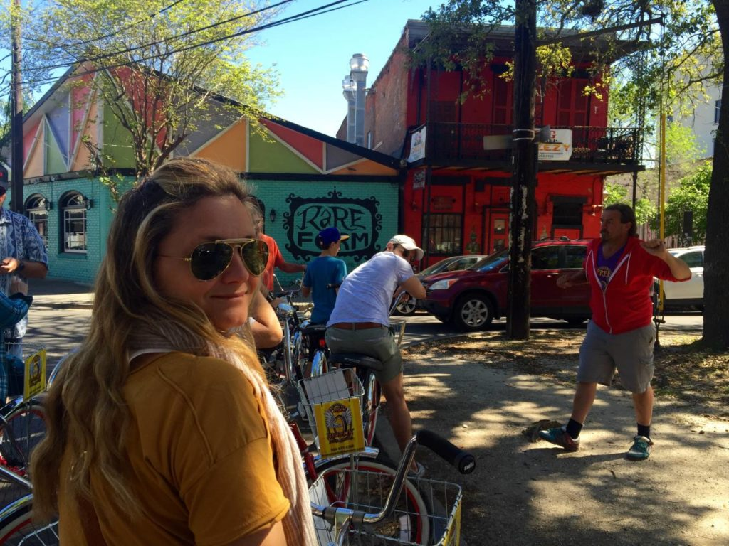 Momenti del Free Wheelin' Bike Tour, sosta e spiegazione