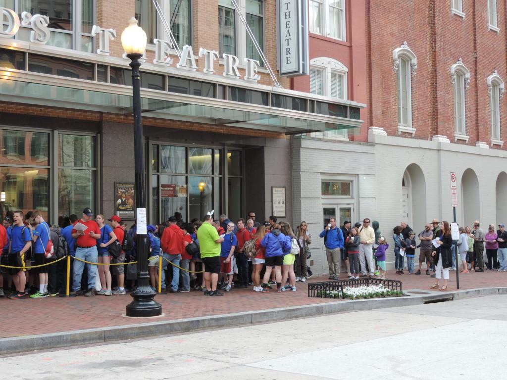 La fila d'ingresso al Ford's Theatre, 8 di mattina.