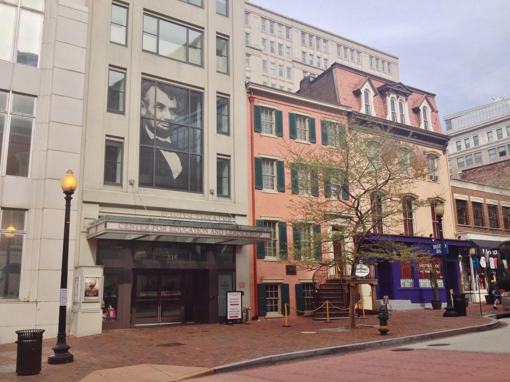 Il centro studi Lincoln ed a fianco la Peterson House