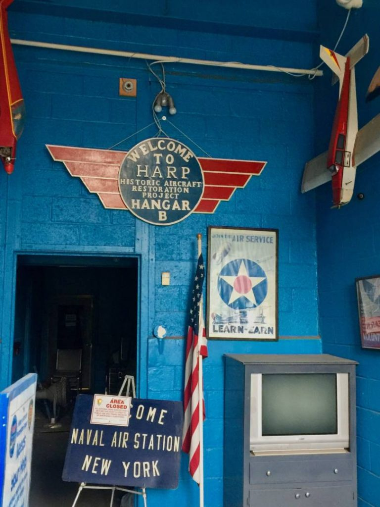 New York insolita: l'ingresso dell'Hangar B