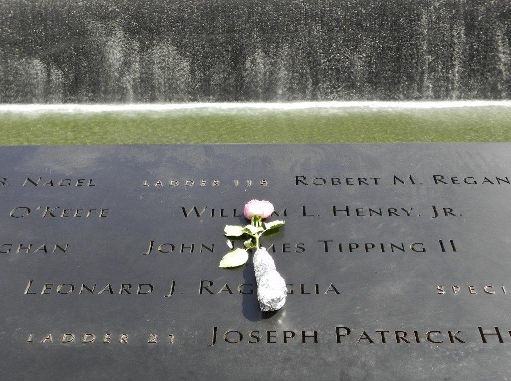 I nomi delle vittime, lungo i bordi della piscina sud...