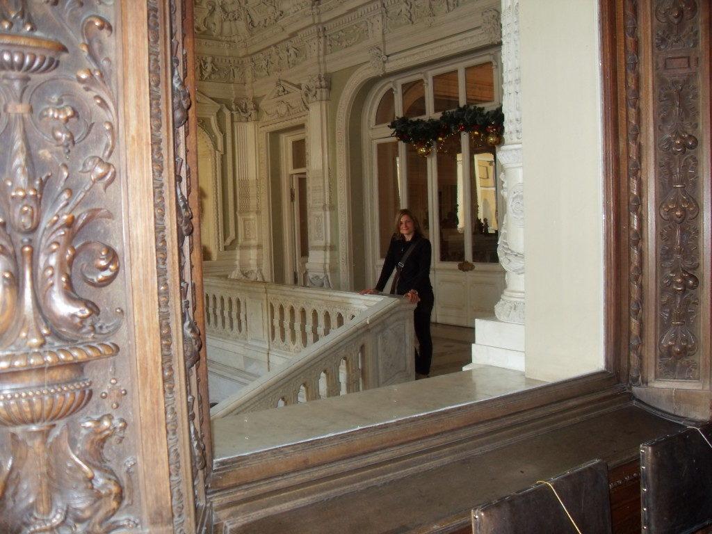 Lo spettacolare ingresso ai piani superiori