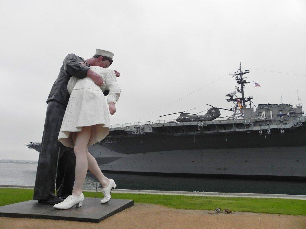 Viaggio in California: San Diego, la V-J Day statue e sullo sfondo la USS Midway