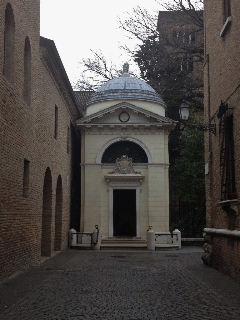 L'esterno della tomba di dante