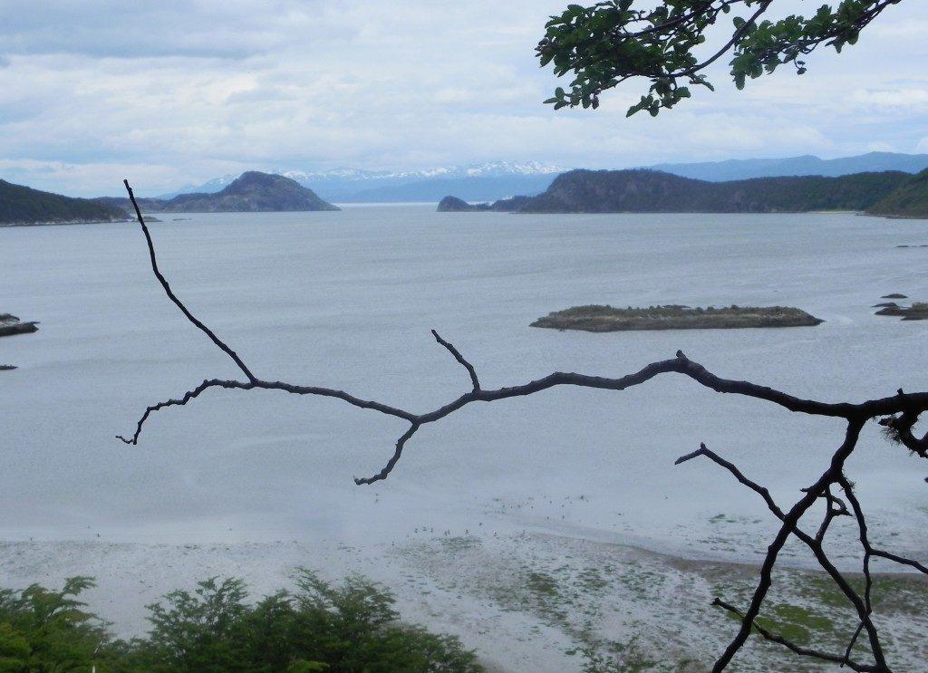 Tierra del Fuego, il Canale di Beagle ed oltre quelle montagne il confine cileno....