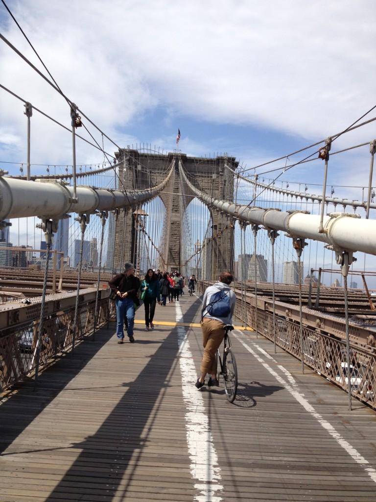 Attenzione ai ciclisti sul Brooklyn Bridge