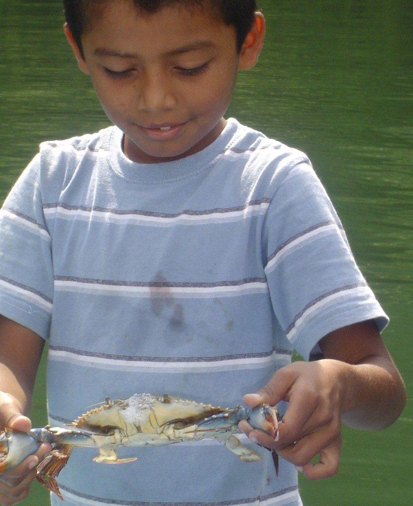 Un bimbo mi mostra fiero il suo bottino di pesca!!!