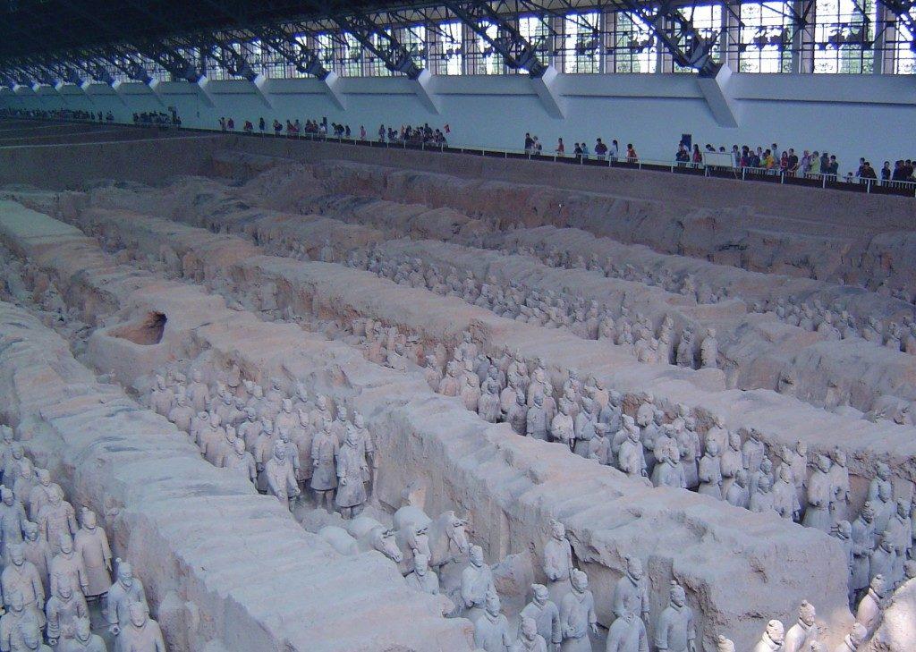 Il camminamento dei visitatori nei capannoni allestiti per proteggere i guerrieri